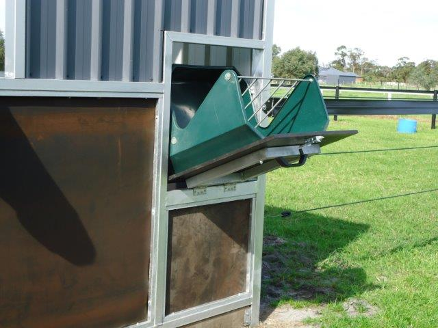 Pull down feed door, hay and hard feed with spring safety lock. acces from lane-way